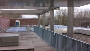 148 zonnepanelen op het dak van het stadsdeelkantoor. (Foto: Frank Hamelink)